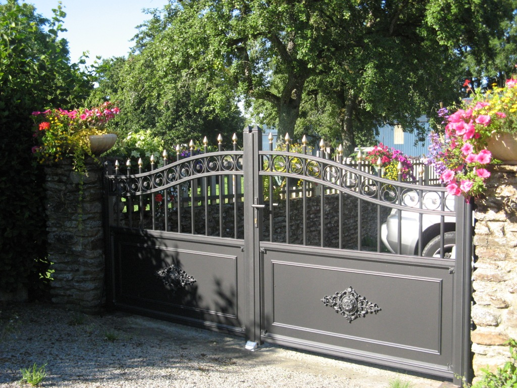 Portail-métallique-dans-la-Sarthe-Clôtures-et-Fermetures-d'Andaine
